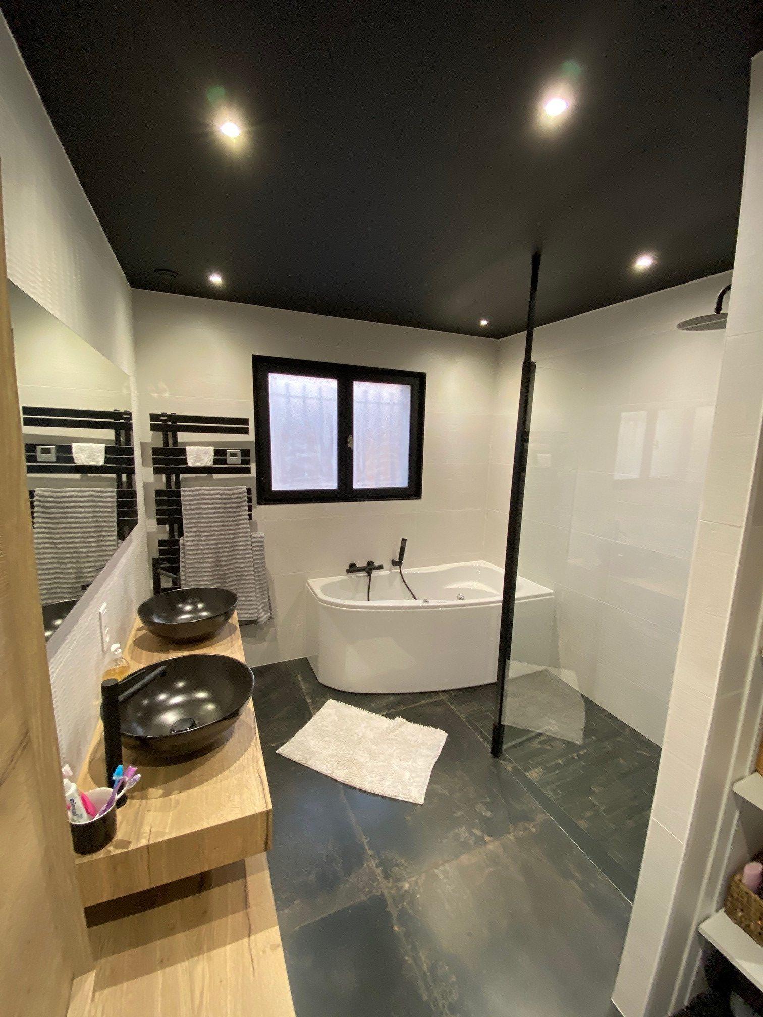 plafond peint en noir et baignoire Balnéo
